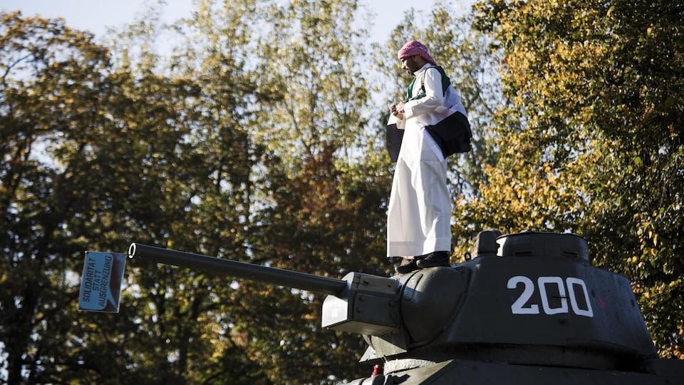 Un manifestant a grimpé sur un char d'assaut.