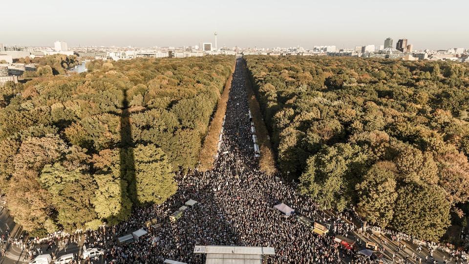 Des milliers de personnes convergent sur la rue qui traverse le Tiergarten de Berlin dans le cadre d'une manifestation antiraciste.