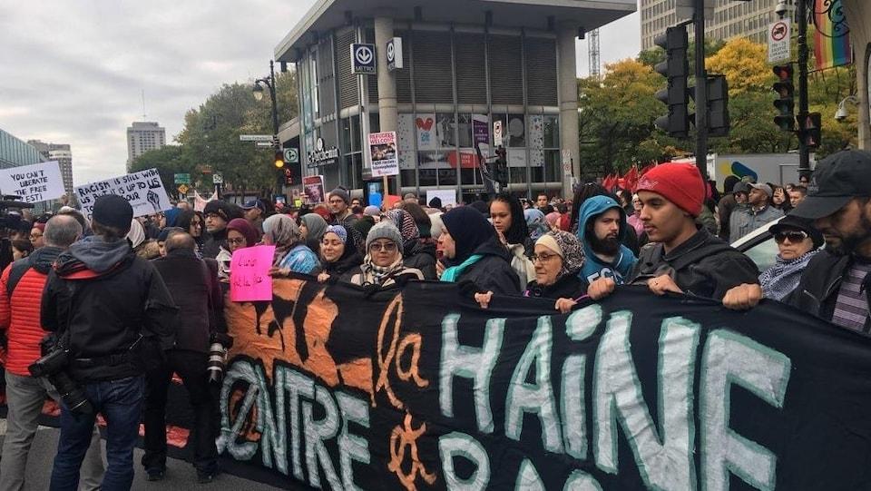Des manifestantes qui tiennent une banderole.