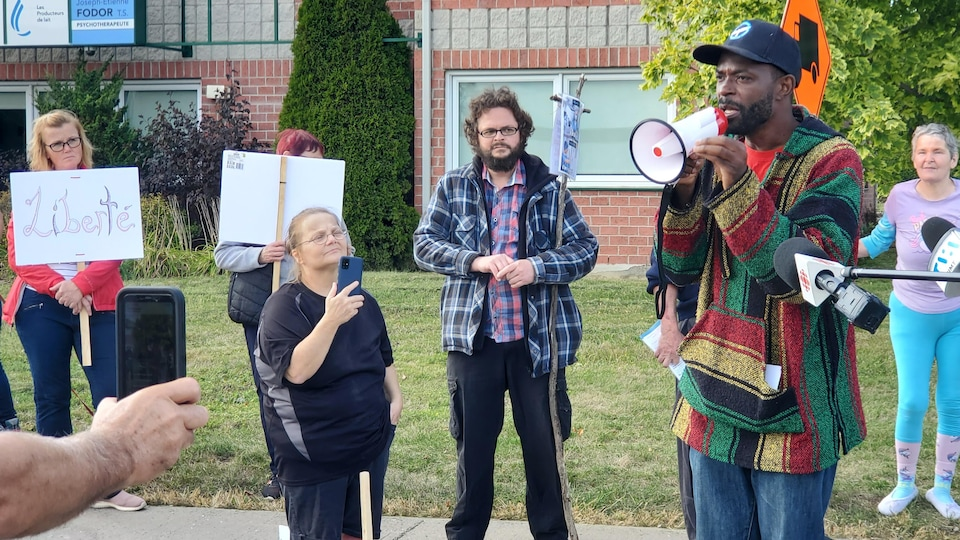 Un homme a prononcé un discours lors de la manifestation.