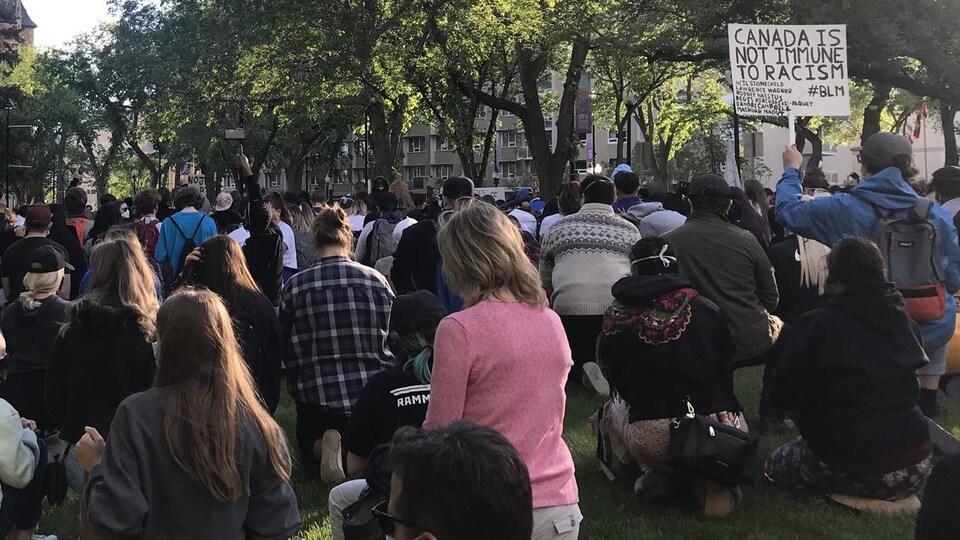 Des centaines de manifestants agenouillées dans un parc