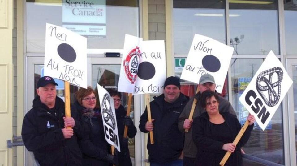 Manifestants devant le bureau de Service Canada à Cap-aux-Meules.
