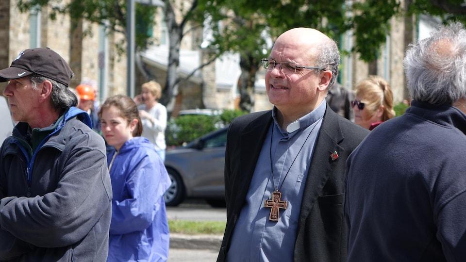 Mgr Denis Grondin dans la foule