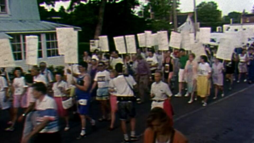 Des citoyens mécontents de la fermeture du pont Mercier manifestent durant la crise d'Oka.