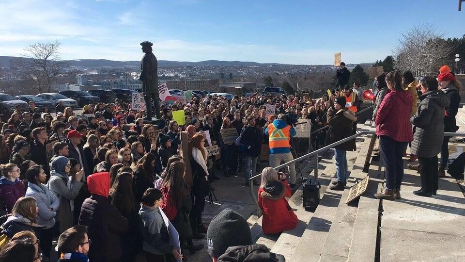 Des jeunes manifestent pour le climat à Saint-Jean de Terre-Neuve.
