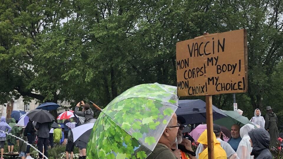 Un manifestant brandissant une affiche anti-vaccin