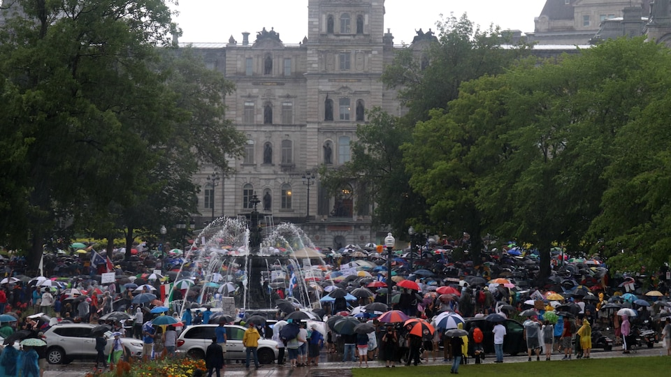 Des manifestants devant l'Assemblée nationale du Québec.