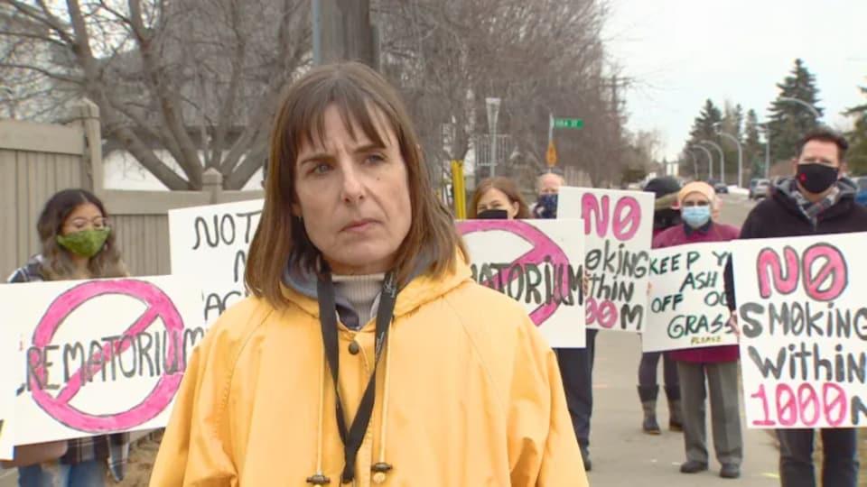 Marilyn Dumkee marche devant des manifestants.
