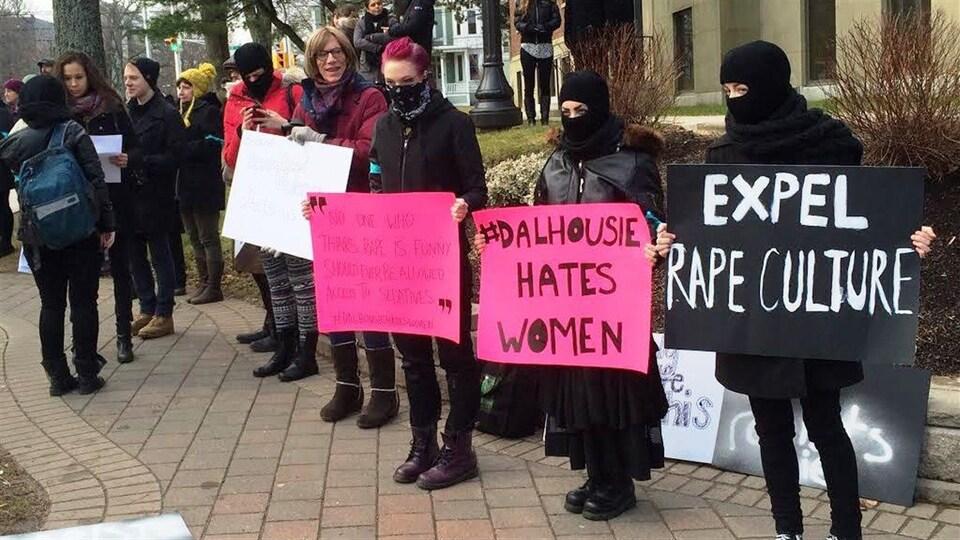 Manifestantes tenant des affiches.