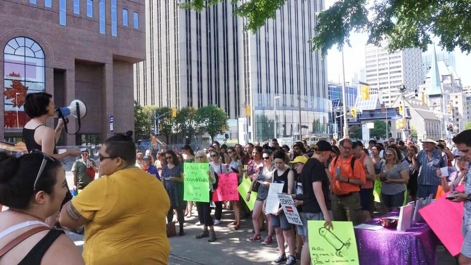 Des manifestants avec des affiches dans les rues d'Ottawa.