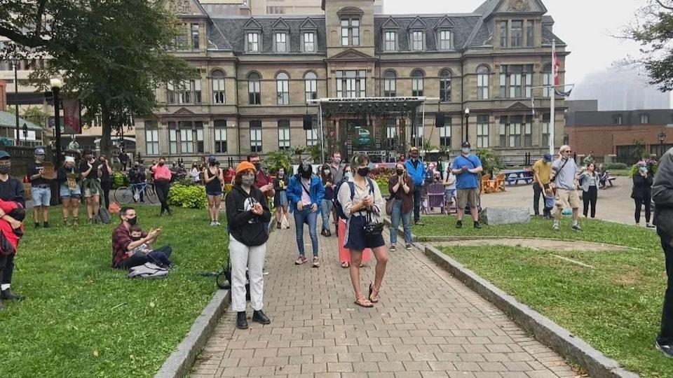 Des citoyens rassemblés sur une place publique.