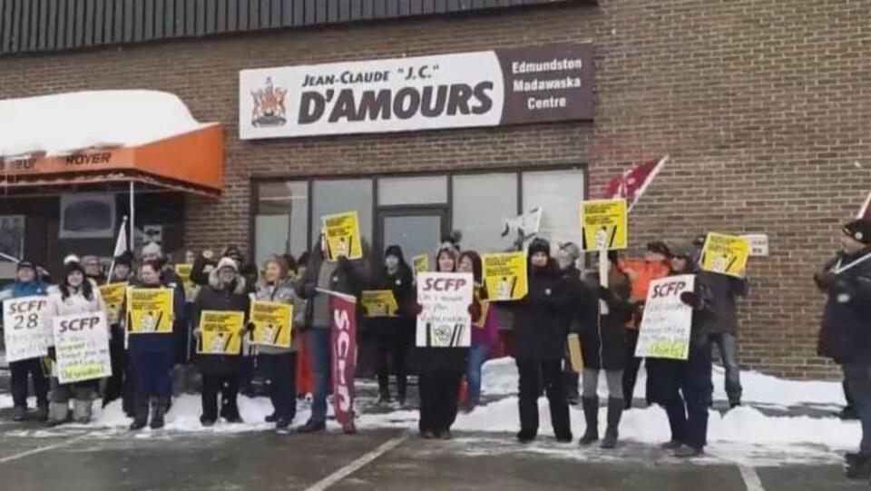 Des travailleurs des foyers de soins ont manifesté devant les bureaux du député libéral Jean-Claude D'Amours lundi.