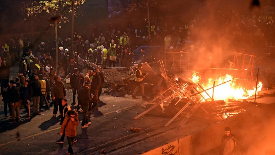 Des manifestations érigent des barricades en flammes.