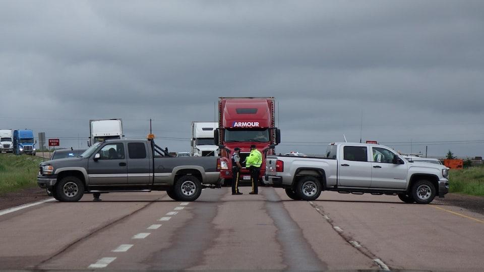 Des camions bloquent la route.