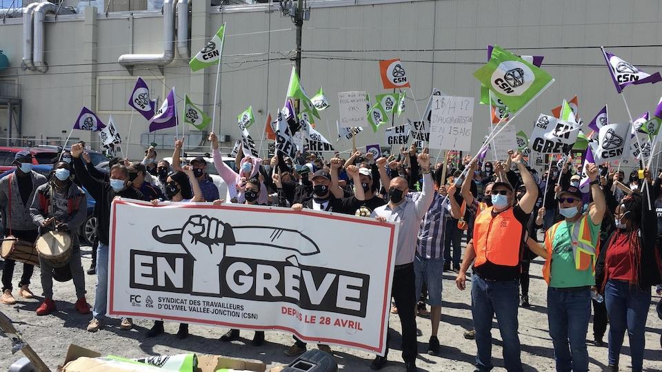Des employés manifestent devant l'usine.