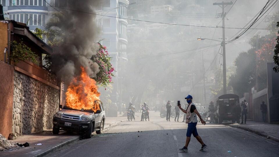 Une voiture en flammes dans les rues de Port-au-Prince.
