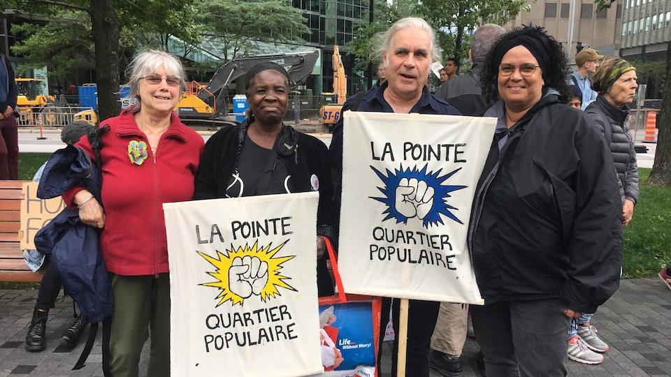 Des militants qui tiennent des affiches.