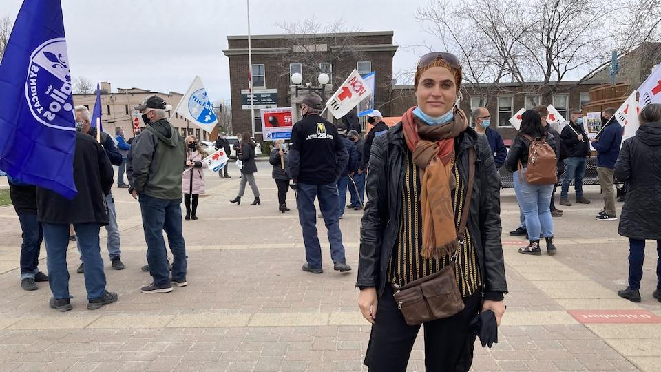 Une femme pose pour la caméra durant une manifestation.