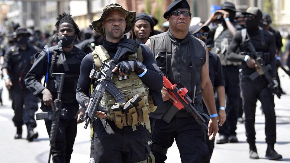 Un groupe de manifestants armés.