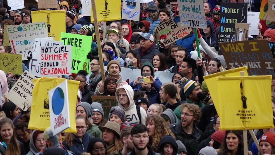 Une foule de manifestants dans les rues d'Edmonton.