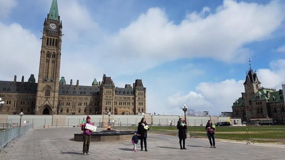 Quatre femmes devant le Parlement à Ottawa.