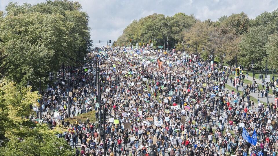 Une foule dans les rues de Montréal.