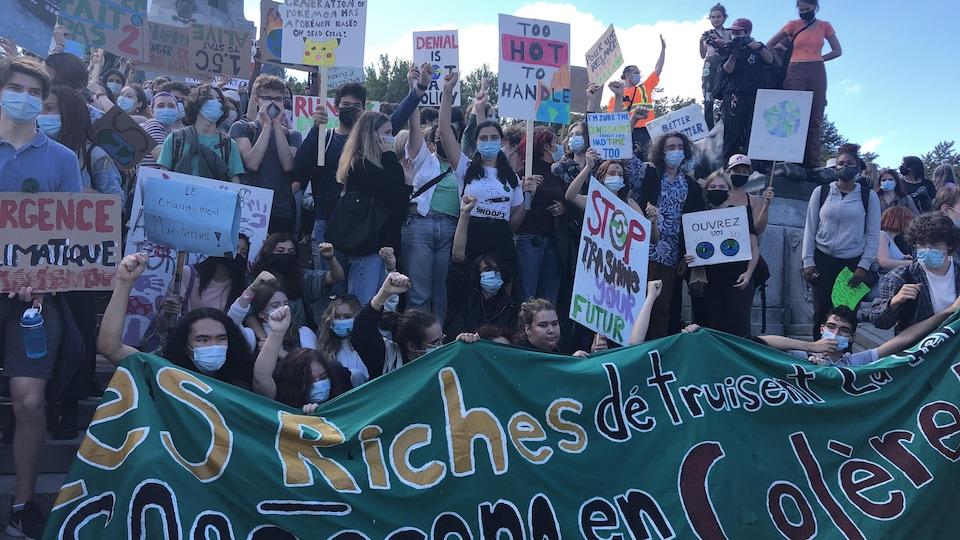 Un groupe de quelques dizaines de jeunes, portant pancartes et banderoles, entassés pour la photo.