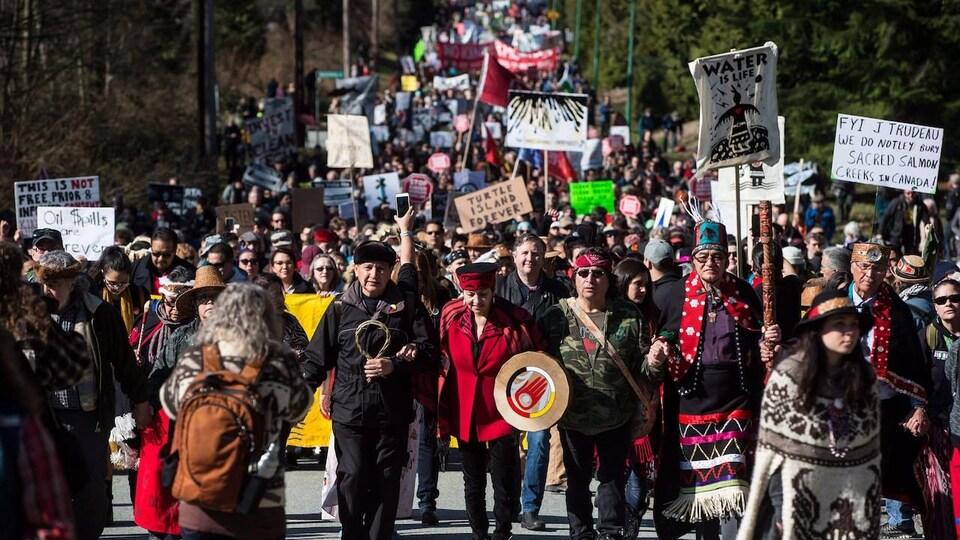 Des manifestants le long d'une rue.