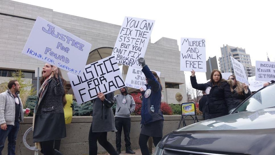 Des manifestants arborent des pancartes où il est écrit : «Justice pour Fouad».