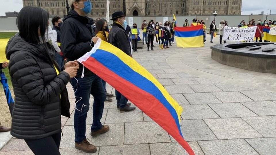 Des manifestants devant le parlement à Ottawa.