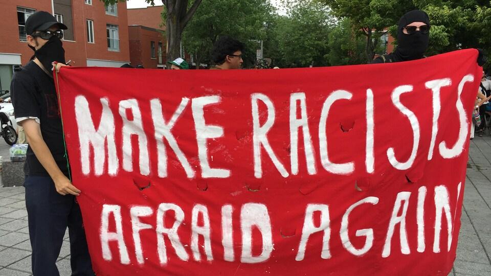 Des manifestants avec une banderole.