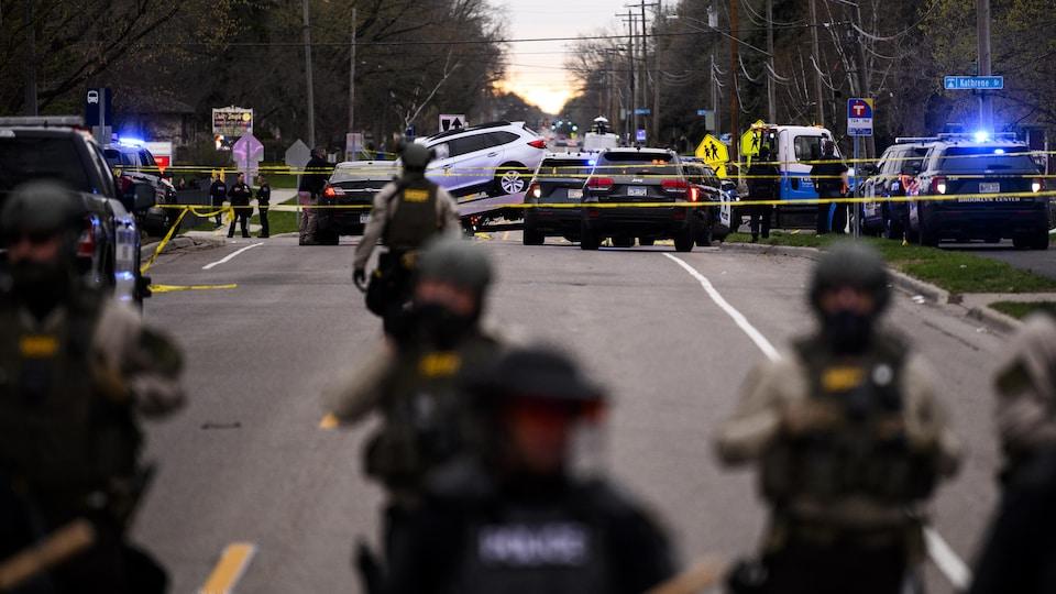 Des manifestants font face aux forces de l'ordre à Brooklyn Center après la mort de Daunte Wright, 20 ans, tué par balle lors d'un contrôle routier par la police.