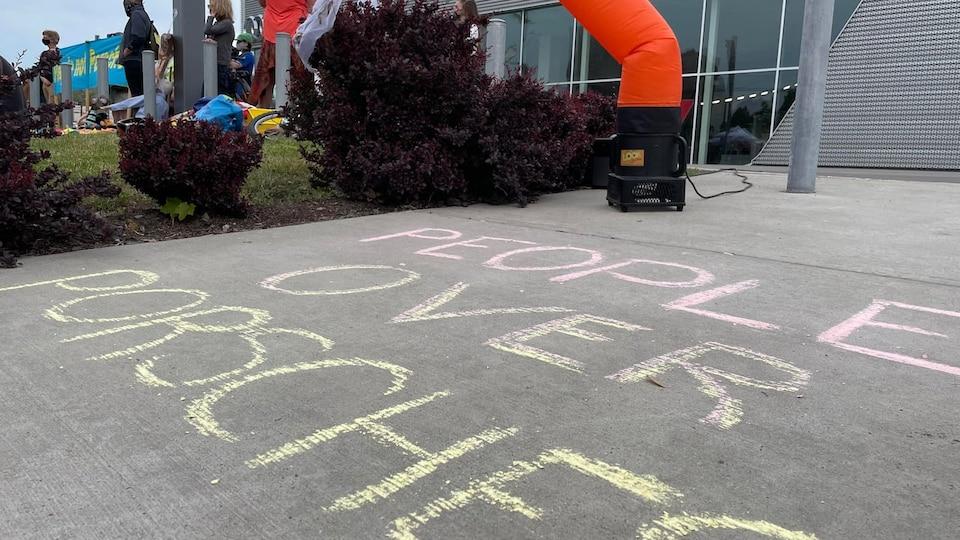 Le slogan a été écrit à la craie sur le sol.
