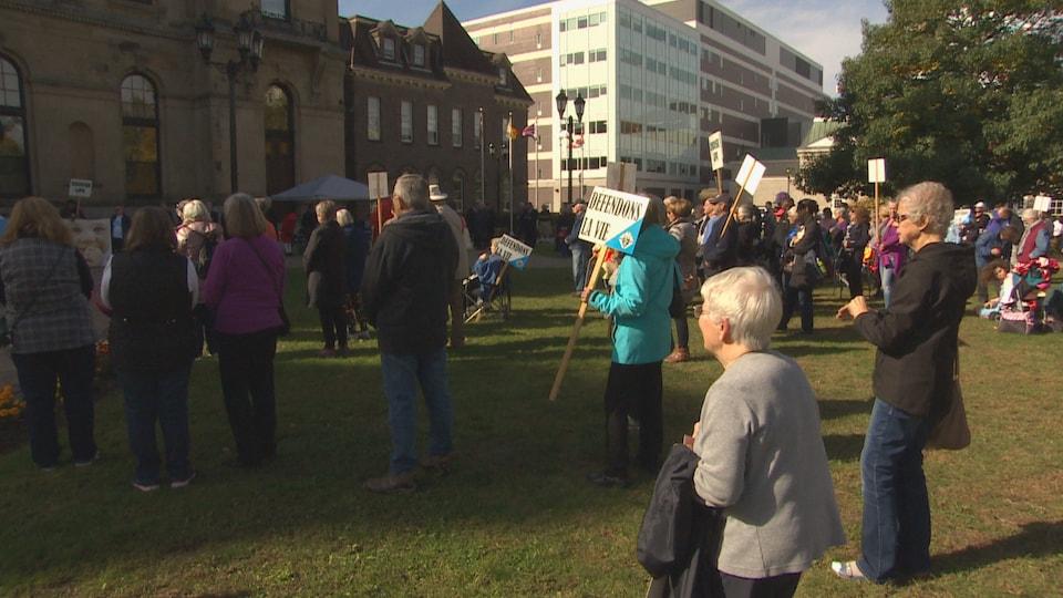 Une manifestation devant l'Assemblée législative du Nouveau-Brunswick.