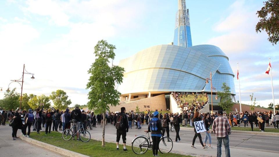 Des manifestants devant le Musée canadien pour les droits de la personne.