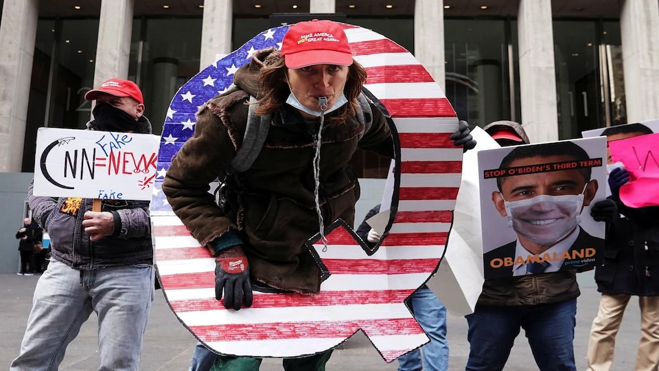 Des manifestants du mouvement QAnon à New York, le 2 novembre 2020.