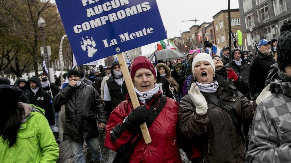 Des femmes participent à une manifestation.