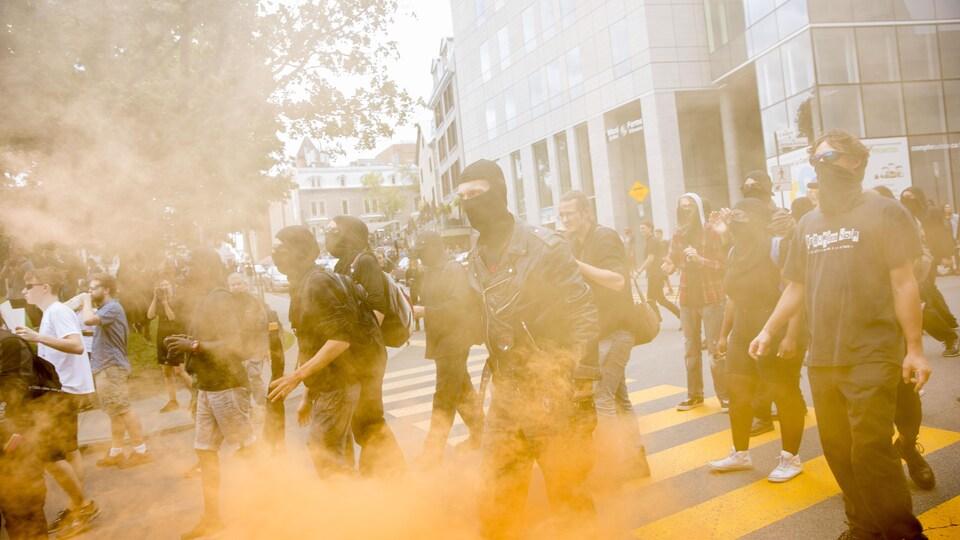 Plusieurs manifestants masqués se trouvent dans le secteur de la colline parlementaire