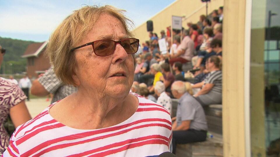 Cette dame de 82 ans manifeste pour un retour rapide du train.