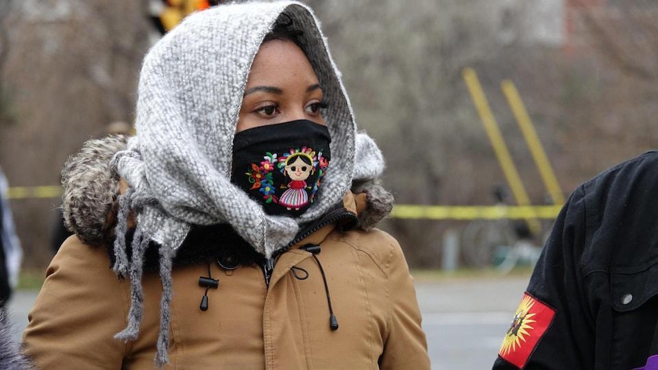 Portrait de la femme qui porte un masque.