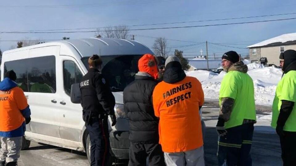 Les manifestants ont bloqué une camionnette blanche .