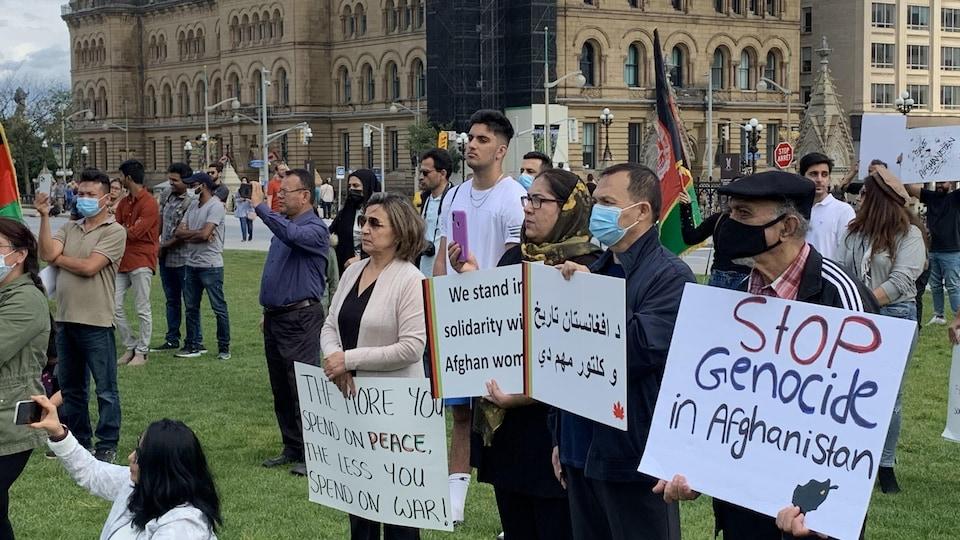 Des manifestants sur la colline du Parlement.