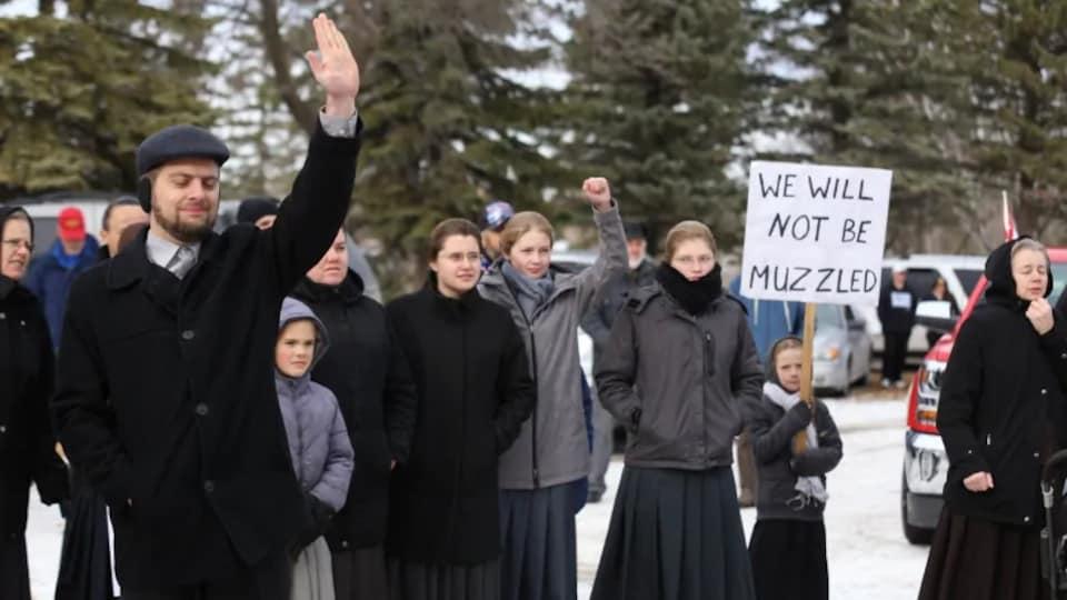 Un groupe de personne manifestant à l'extérieur.