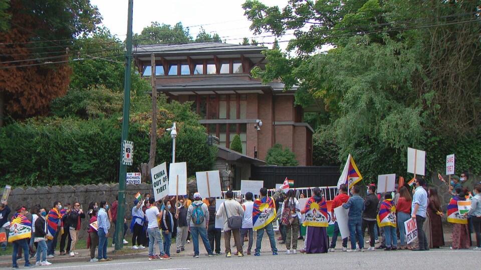 Des manifestants devant le consulat chinois à Vancouver.