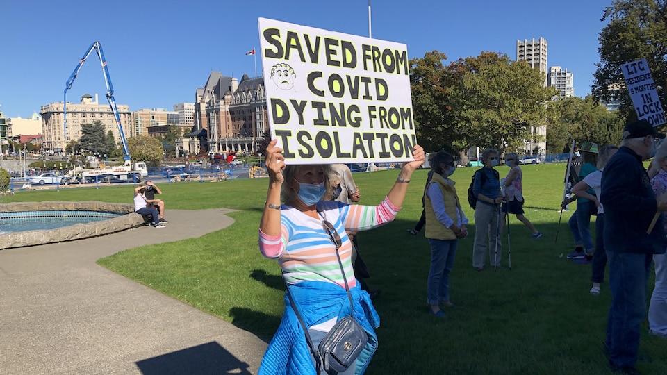 Une manifestante tient une pancarte lors d'une manifestation.