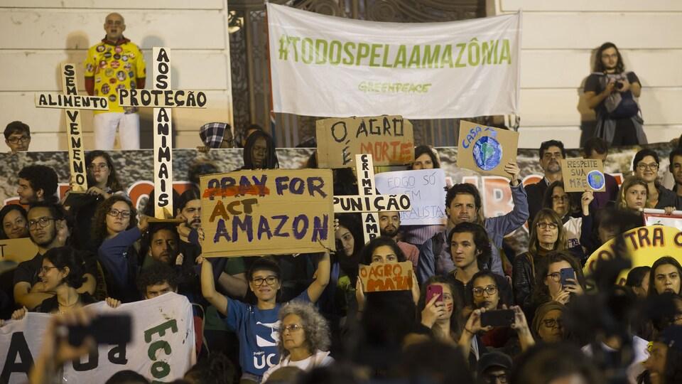 Des manifestants brandissant des pancartes et des banderoles