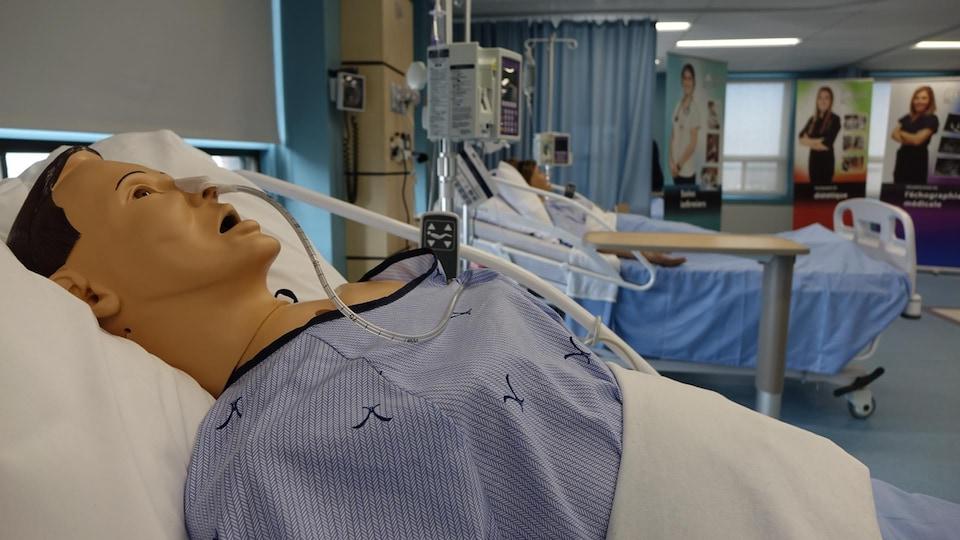 Mannequin sur un lit d'hôpital
