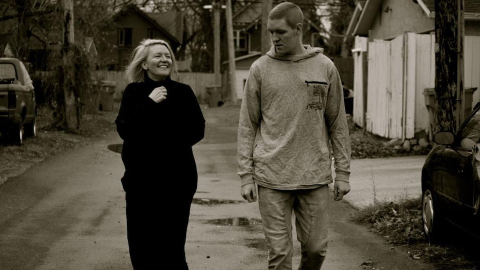 Fran Gilboy et son fils Manni marchent dans une ruelle de Regina.