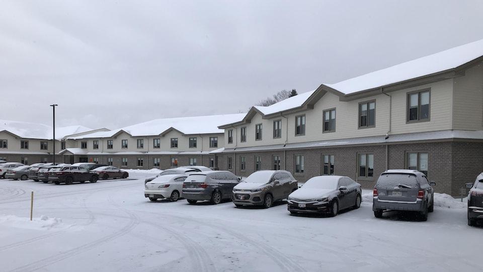 L'édifice vu de l'extérieur en hiver.