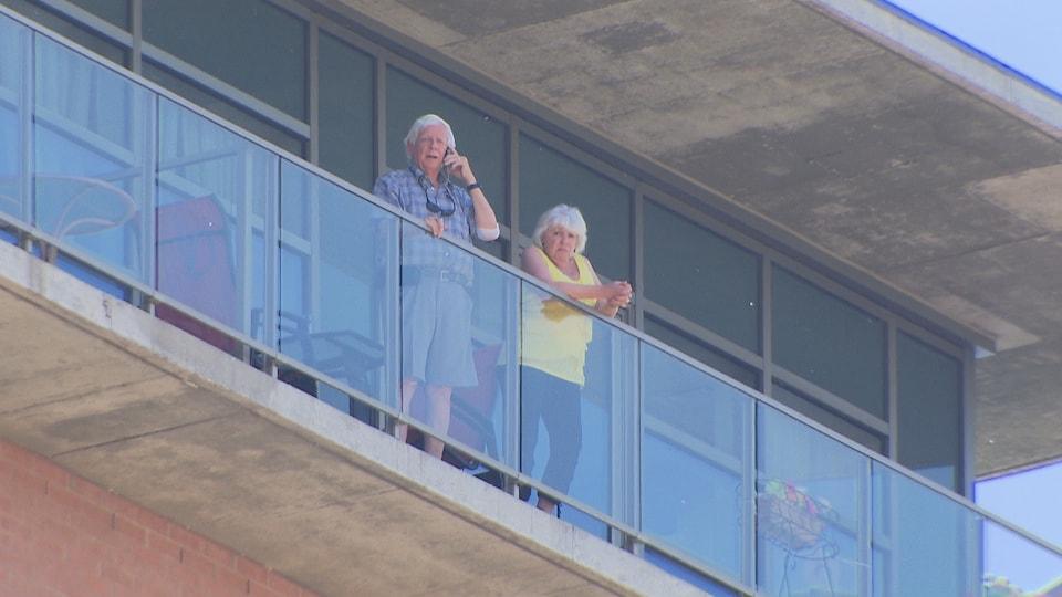 Un homme et une femme sur un balcon.